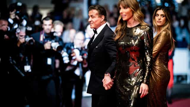 Uau! Mulher e filha de Sylvester Stallone brilham em Cannes com o ator