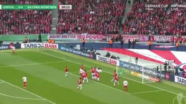 A fantástica (e impossível) defesa de Neuer na final da Taça da Alemanha