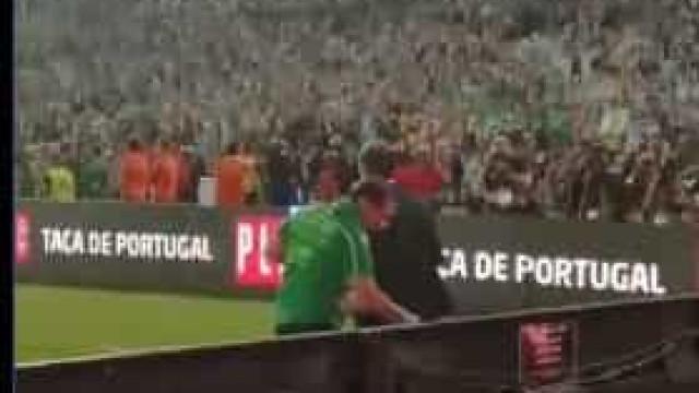 O momento em que Paulinho e Frederico Varandas trocam um abraço