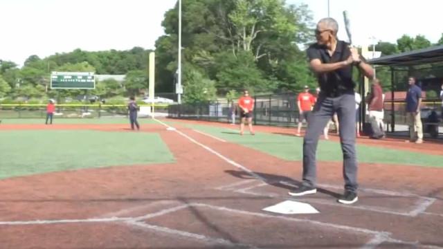 Obama surpreendeu crianças e ainda mostrou os seus dotes a jogar basebol