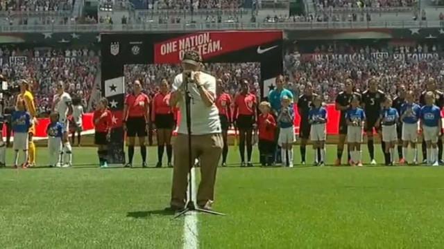 Veterano de guerra de 96 anos tocou hino dos EUA e emocionou estádio