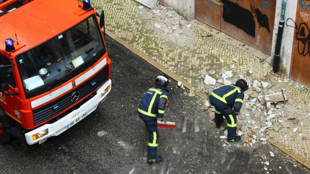 Incêndio em prédio deixou 21 pessoas deslocadas e feriu quatro bombeiros