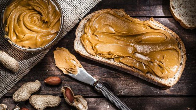 Quatro benefícios e quatro riscos de comer manteiga de amendoim