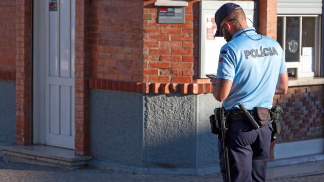 Motociclista em fuga sobe passeio e atropela agente da PSP em Lisboa