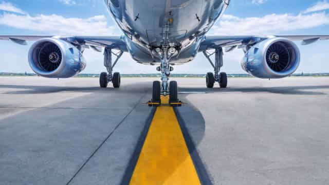 Aterragem violenta em Ponta Delgada causa danos em avião