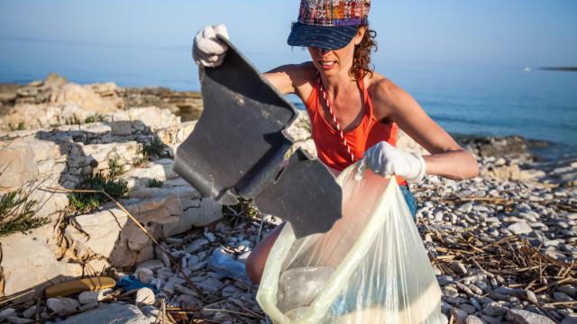E se pudesse caminhar e recolher lixo de uma praia? Domingo pode