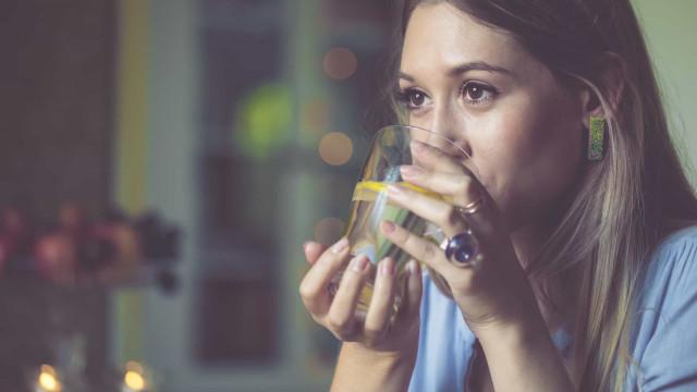 Superpoderes. Cinco benefícios de beber água com limão todos os dias