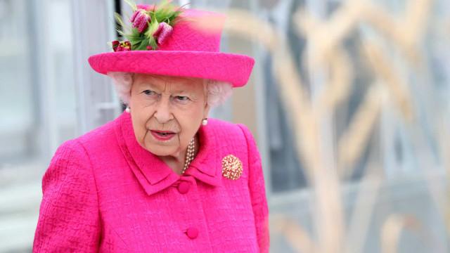 """""""Ainda sou capaz"""": Aos 93 anos, rainha recusa ajuda para plantar árvore"""