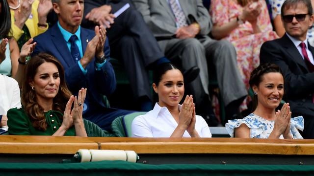 'Diva' acabou? Meghan Markle sorri e acena às pessoas após polémica