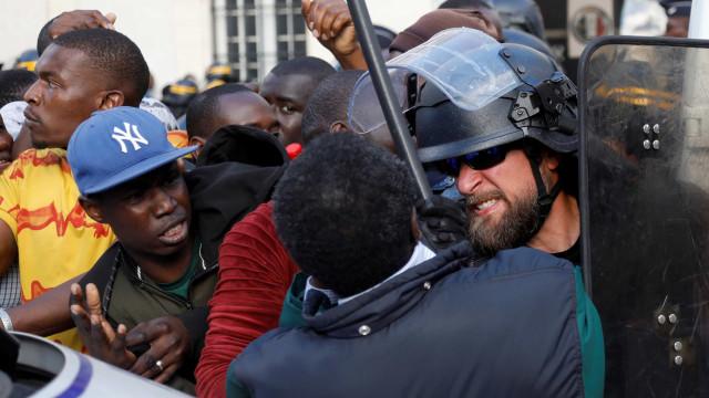 Sem papéis e sem futuro, 'coletes negros' invadiram Panteão de Paris