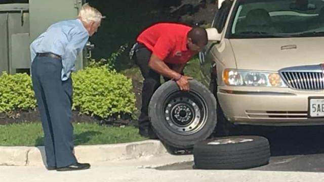 """Idoso chega a loja com pneu furado e """"a tremer"""". Funcionário fez isto"""