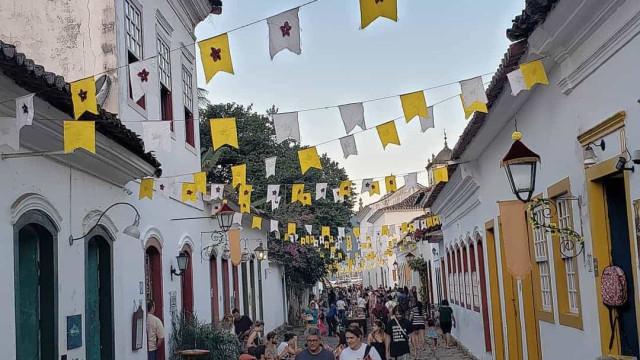 Artistas de Portugal e Cabo Verde conquistam público do FLIP com poesia