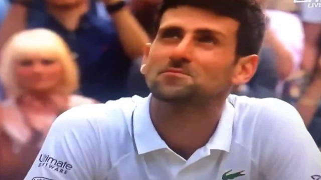 Djokovic até comeu a relva para vencer Federer em Wimbledon. Literalmente