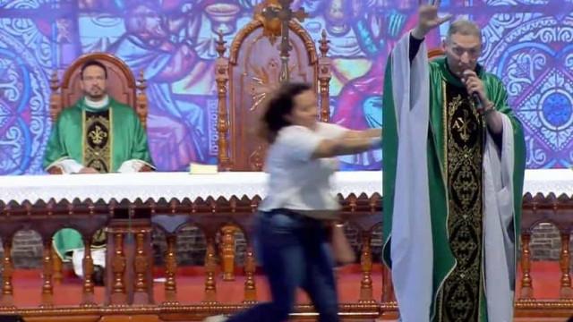 Mulher ataca e empurra Padre Marcelo Rossi de palco em missa
