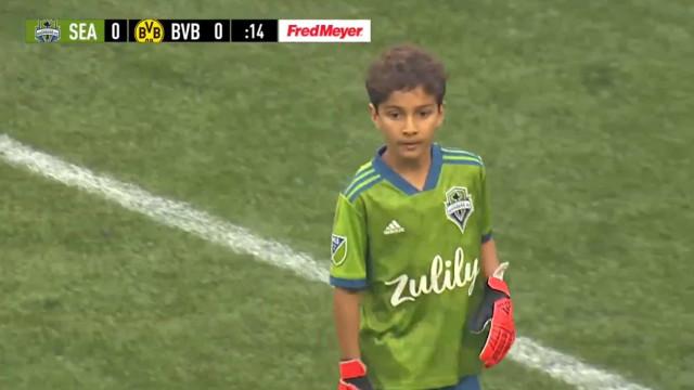 Tem 8 anos, luta contra a leucemia e foi titular frente ao Dortmund