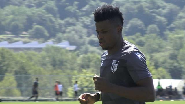Oficial: Mikel Agu deixa FC Porto e assina pelo Vitória SC