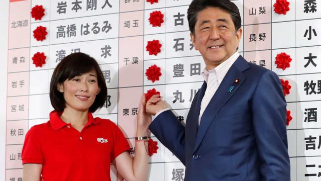 Projeções à boca das urnas no Japão dão vitória à coligação de Shinzo Abe