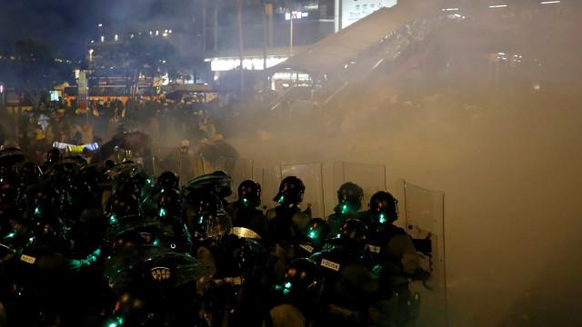 Polícia de Hong Kong usa balas de borracha contra manifestantes
