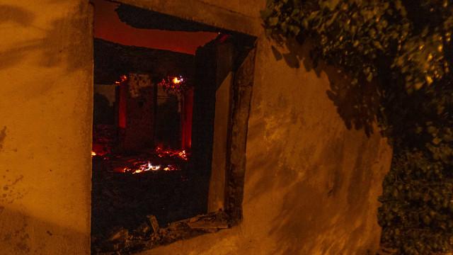 Fogo chega junto a habitações do centro de Cardigos e destrói quintais