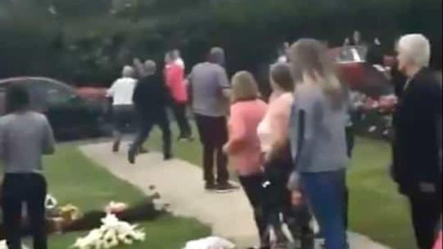 Condutor acelera contra multidão que assistia a cerimónia num cemitério