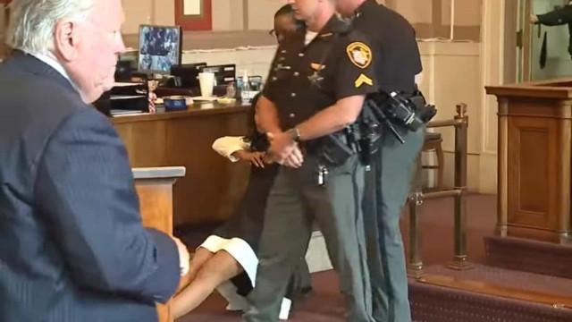 Juíza condenada por corrupção sai arrastada da sala de tribunal