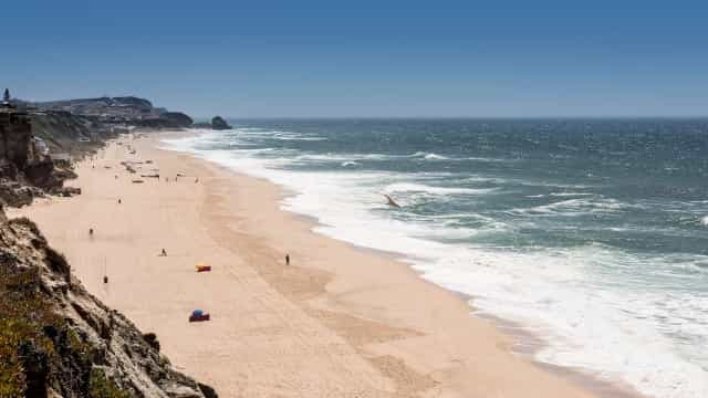 Destroços de navio interditam banhos em praia de Torres Vedras