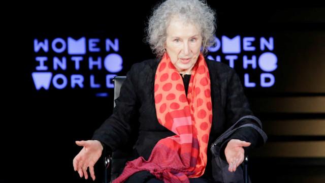 Margaret Atwood e Salman Rushdie entre seis finalistas do prémio Booker