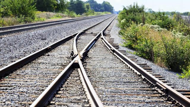 Carro despista-se e interrompe circulação da linha de comboio de Sintra