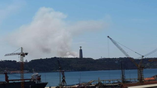 Nuvem de fumo sobre o Cristo Rei deve-se a incêndio em Almada