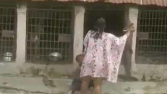 Mulher nigeriana detida após ser filmada a bater e enjaular menino