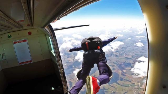 Mulher sobrevive a queda de 1500 metros após falha no paraquedas