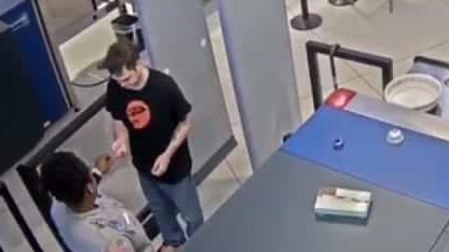 Entregou mensagem perturbadora a passageiro no aeroporto e foi demitida