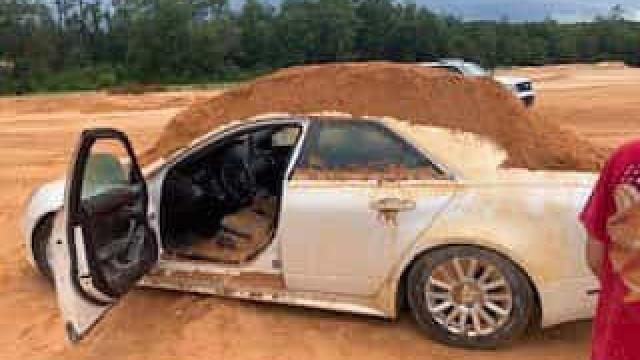 Namorada recusou responder-lhe... despejou terra em cima do carro