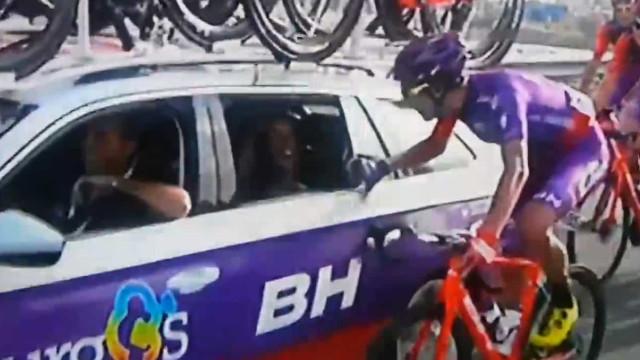 Vuelta: Ciclista pede namorada em casamento no decorrer da prova