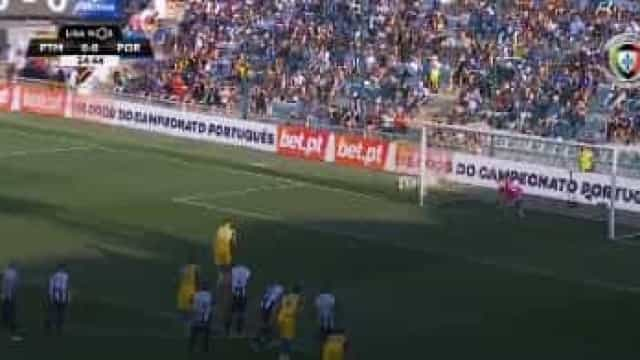 Jadson comete penalidade e Alex Telles 'engana' Ricardo Ferreira