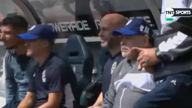 Maradona do céu ao inferno: El Pibe deu show no banco de suplentes
