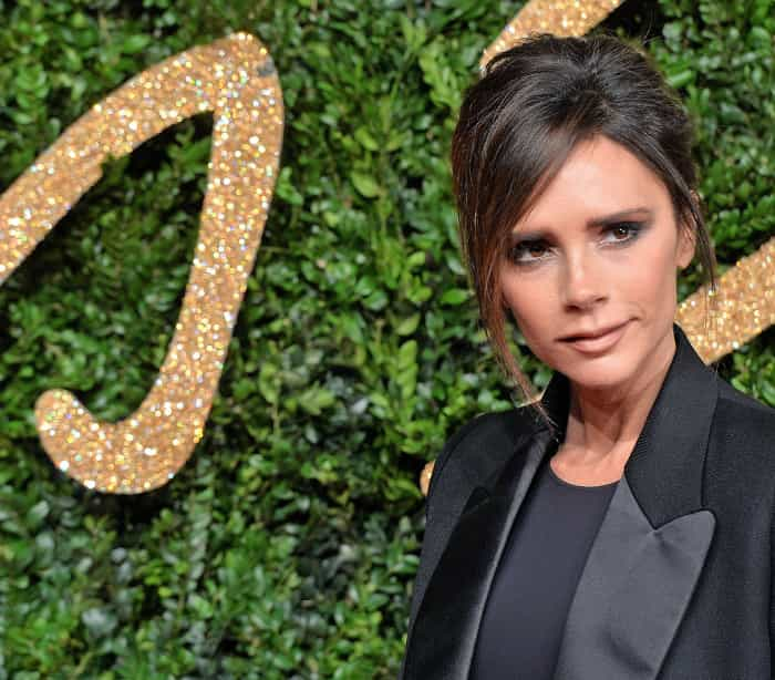 Victoria Beckham é condecorada pelo Príncipe William