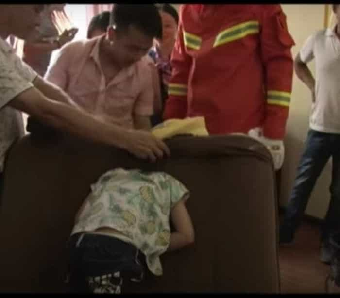 Rapaz fica com cabeça entalada no sofá e é salvo por bombeiros