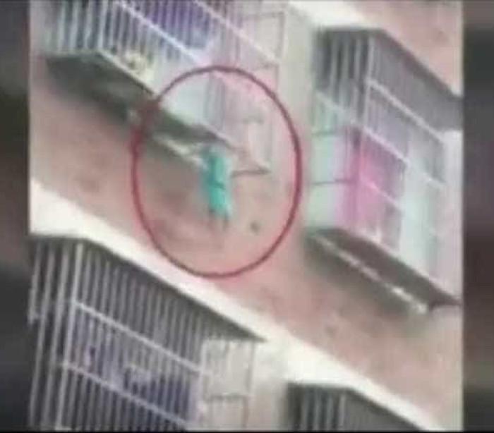 Menino fica preso nas grades de varanda e é salvo heroicamente