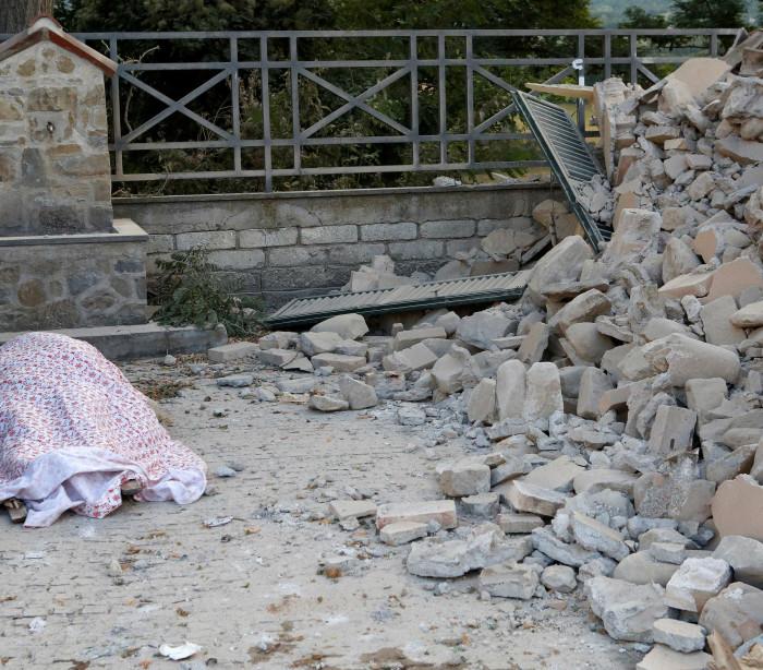 Imagens de drone revelam destruição provocada por sismo