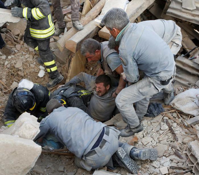 Sismo: Homem retirado com vida dos escombros em Itália