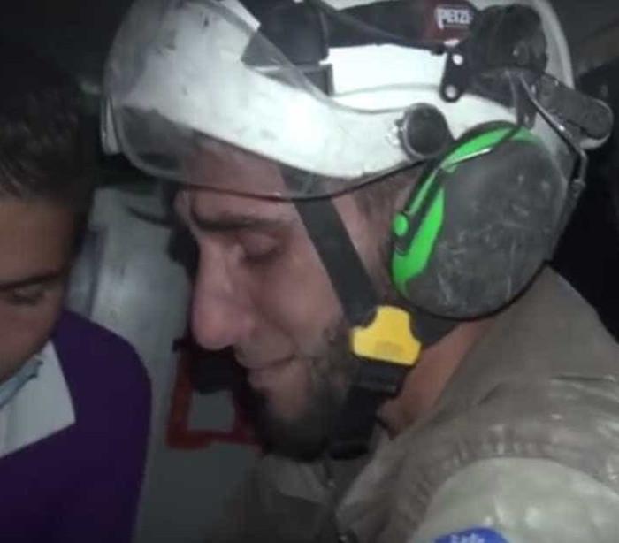 Não conteve as lágrimas ao salvar bebé dos escombros na Síria