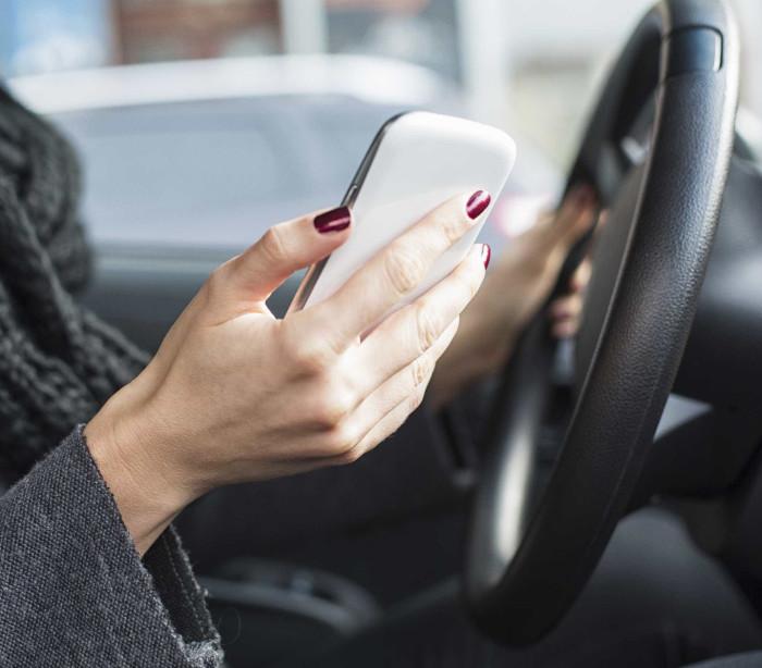 Pais são culpados por jovens consultarem os smartphones no carro?