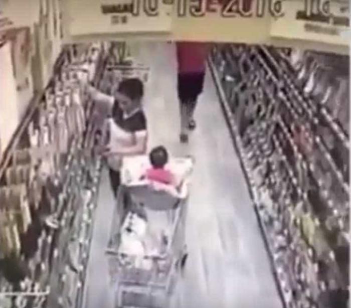 Mãe impede que homem sequestre filha em supermercado