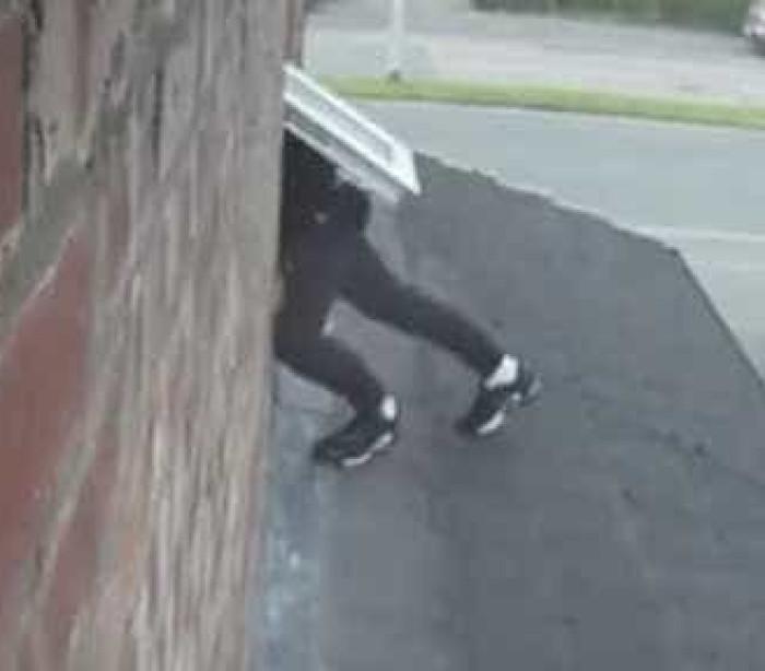 O assaltante conseguiu fugir, mas quase deixava as calças para trás