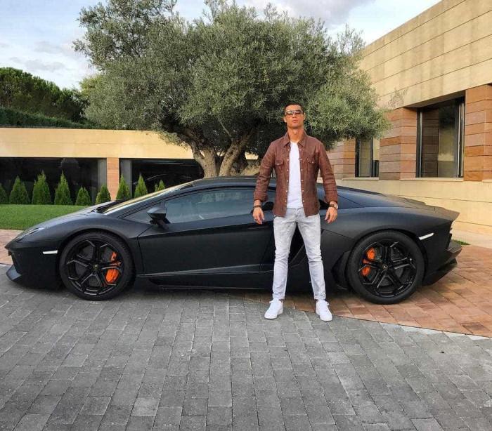 Cristiano Ronaldo mostra garagem onde guarda as suas 'bombas'