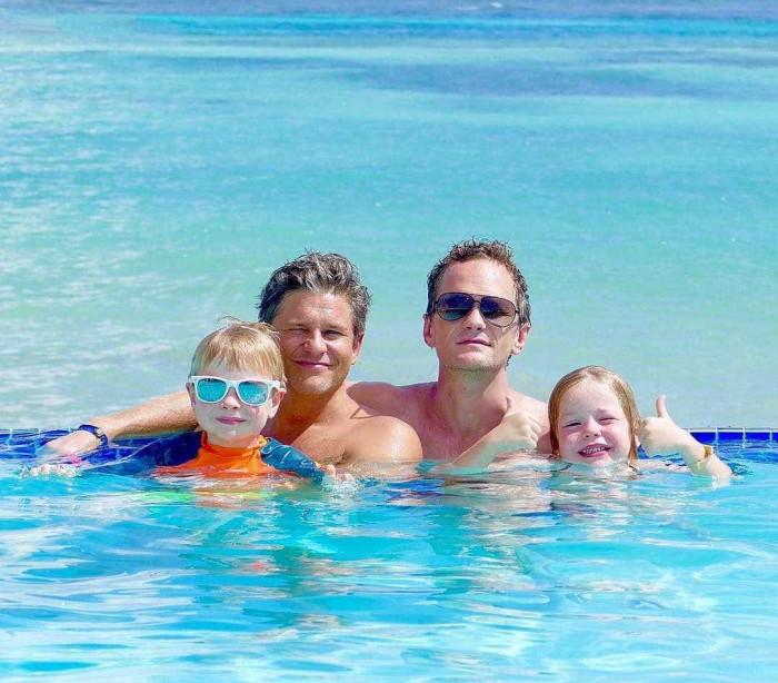 O ator Neil Patrick Harris diverte-se com a família na Disney World