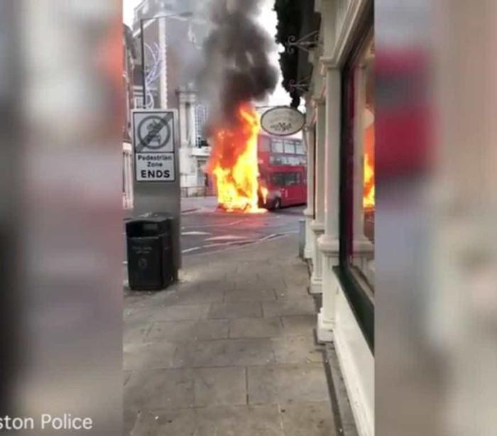 Autocarro de dois andares incendeia-se em Londres