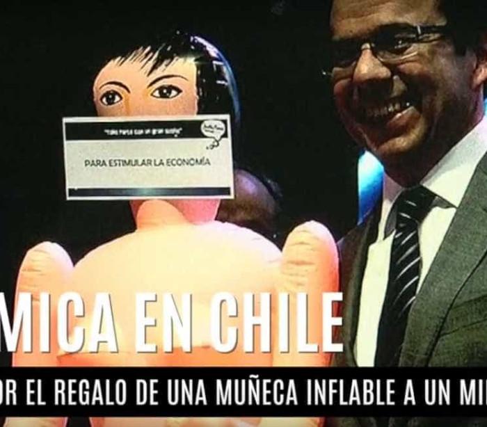 Boneca inflável dada a ministro causa revolta no Chile