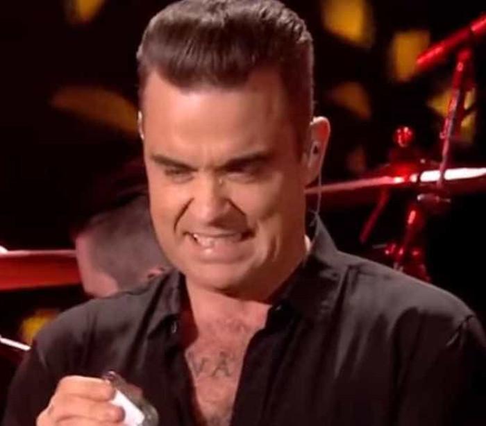Robbie Williams apanhado a desinfetar as mãos depois de cumprimentar fãs